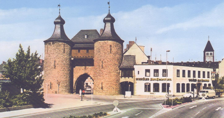 """Bereich Hexenturm mit anliegender Gaststätte """"Zum Hexenturm"""" bis 1993."""