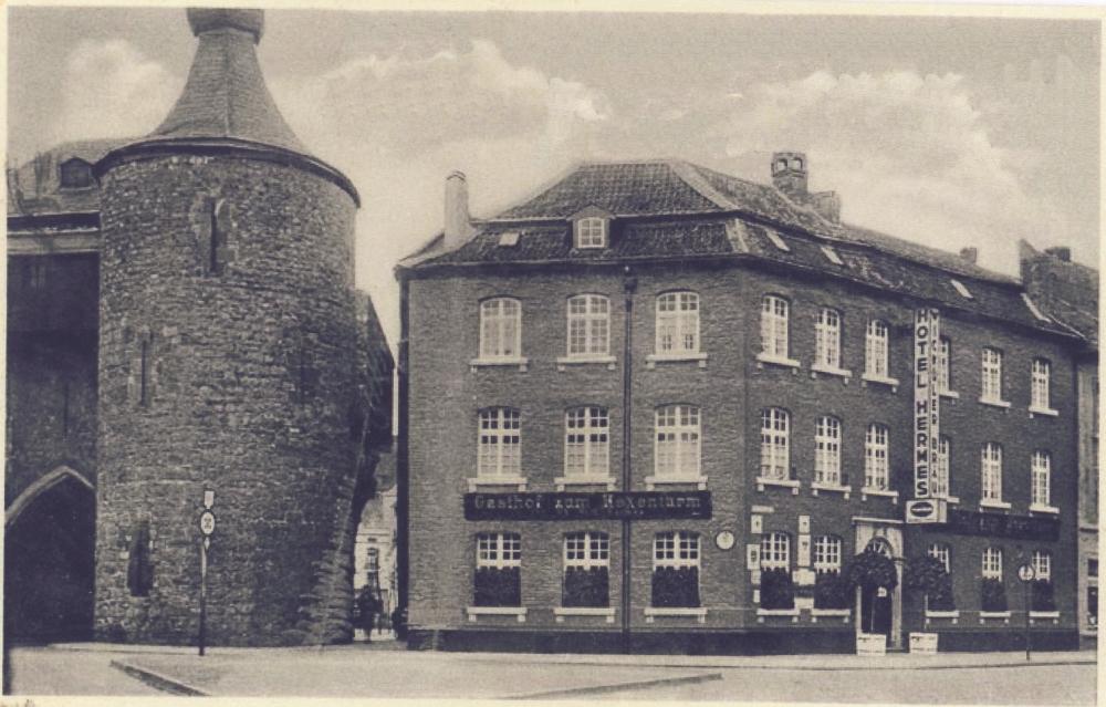 """Der Hexenturm um 1932, nebenan der """"Gasthof zum Hexenturm"""" mit dem """"HotelHermes"""""""